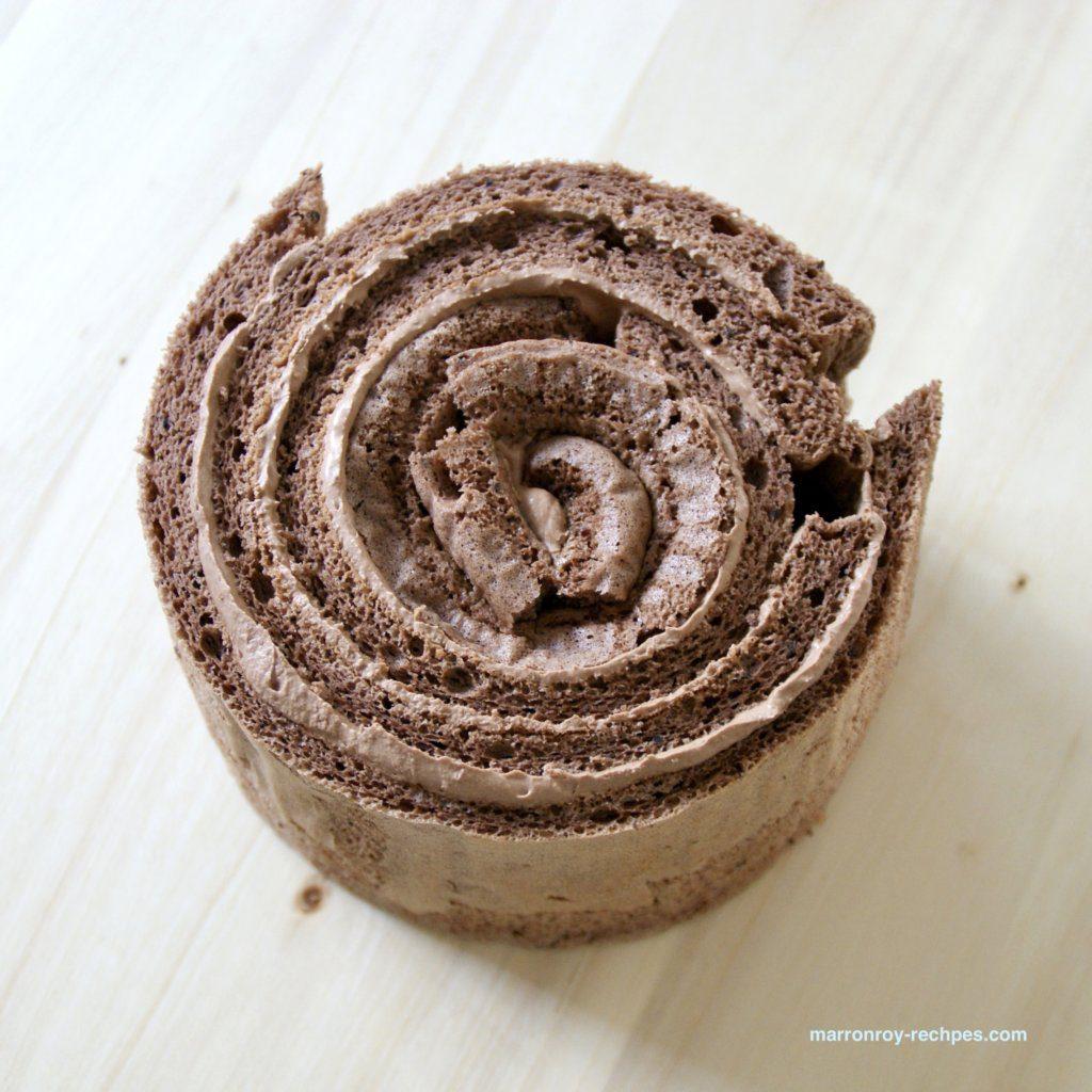 巻いたケーキ生地