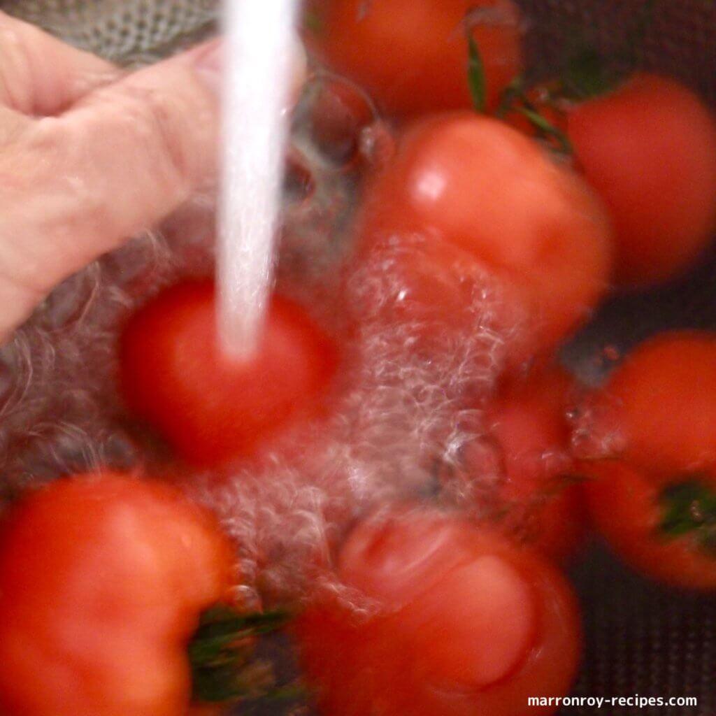 洗っているトマト