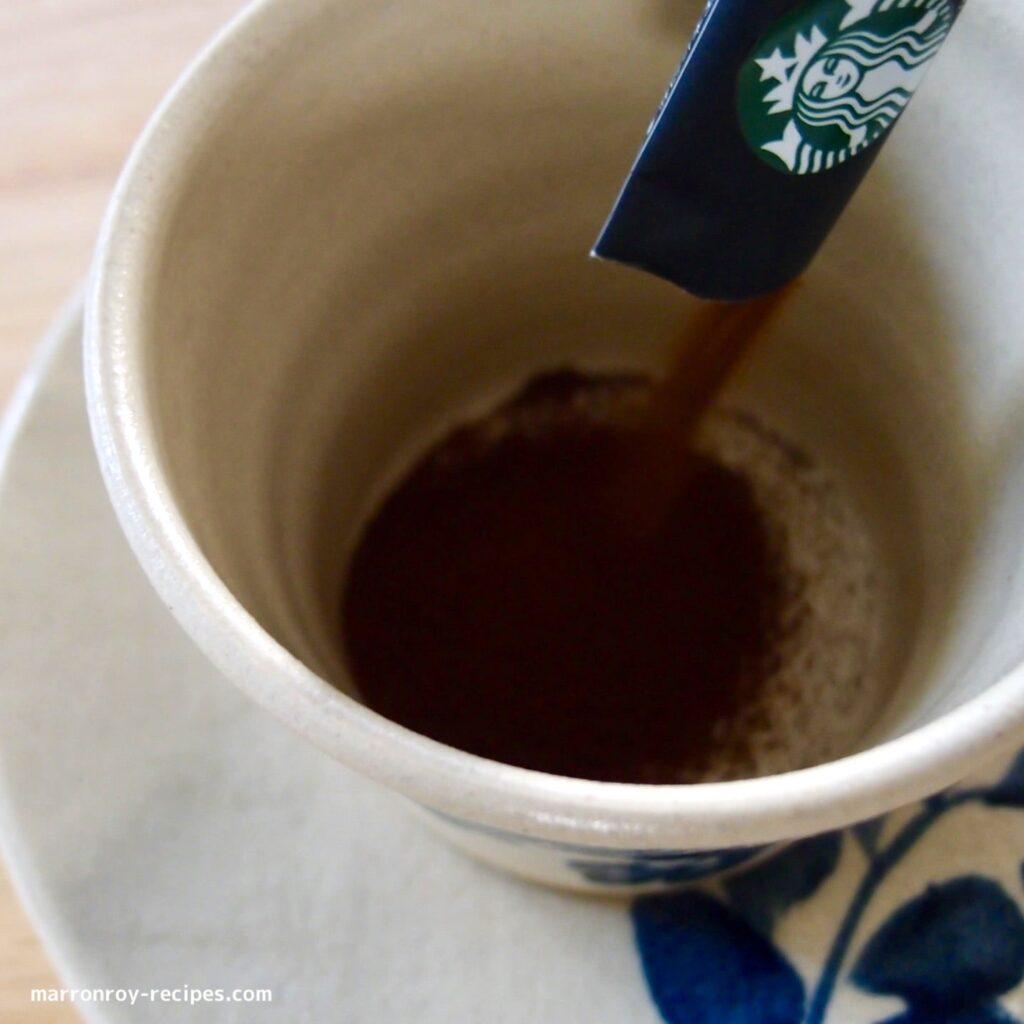 カップに注ぐコーヒー